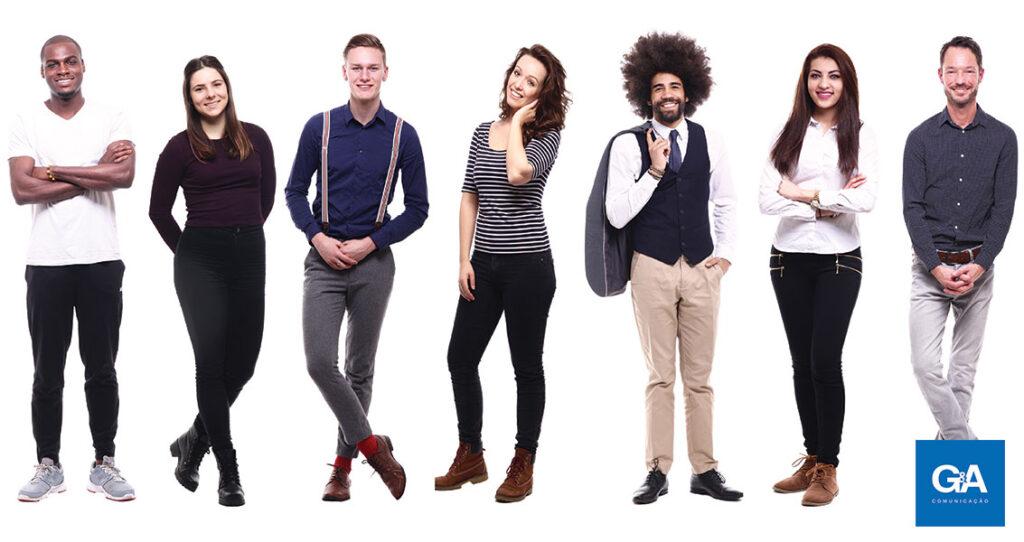 grupo de pessoas em pé, olhando para a câmera - storytelling em redes sociais