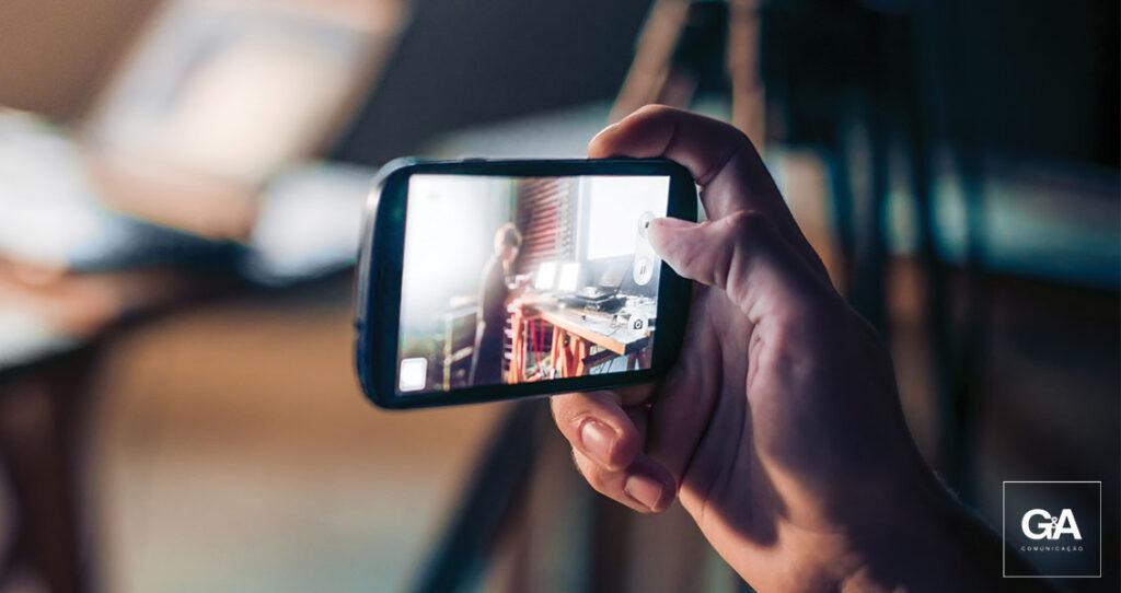 imagem urbana vista através de um celular - storytelling em redes sociais