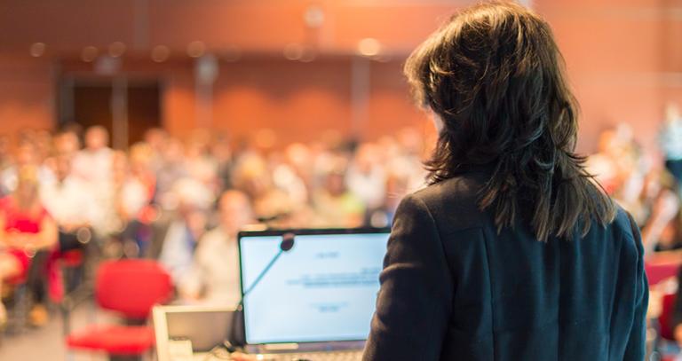 mulher vista de costas, de frente para plateia - conexão com o público