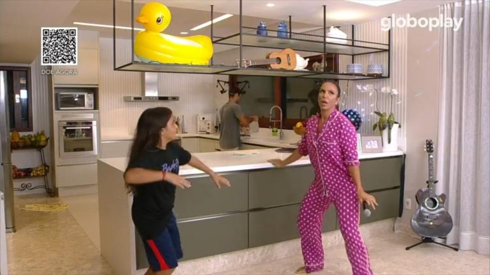Ivete Sangalo canta de pijama na sala de casa com filho criança - o papel dos influenciadores
