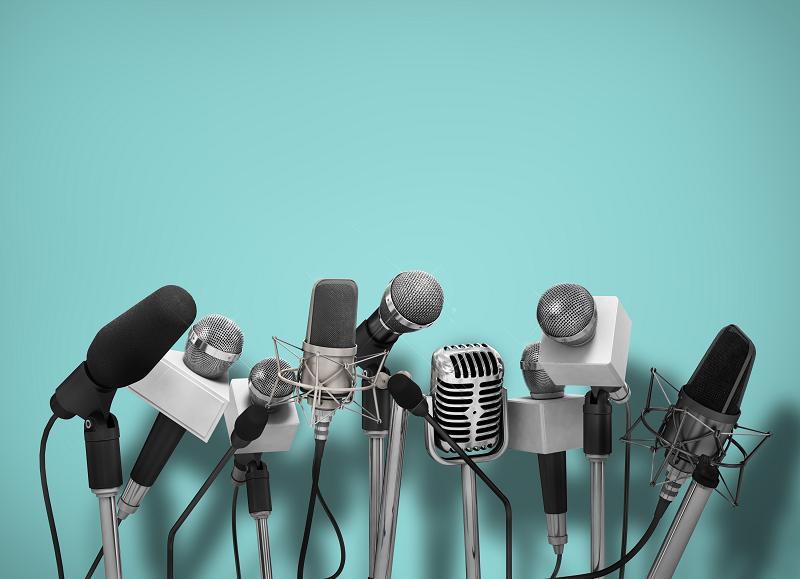 bancada com microfones - assessoria de imprensa e comunicação corporativa