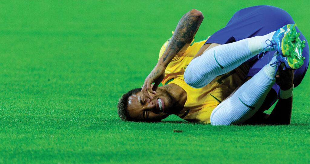 jogador de futebol Neymar caído em campo - memes na estratégia de comunicação