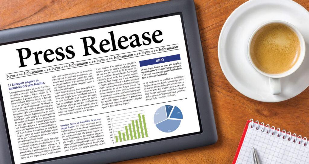 press release em tablet ao lado de taça de café - senso de importância da imprensa