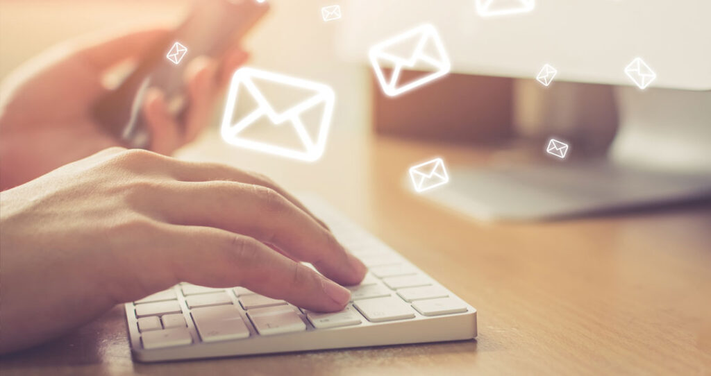 teclado com figuras de envelope - marketing digital para agencias de comunicação