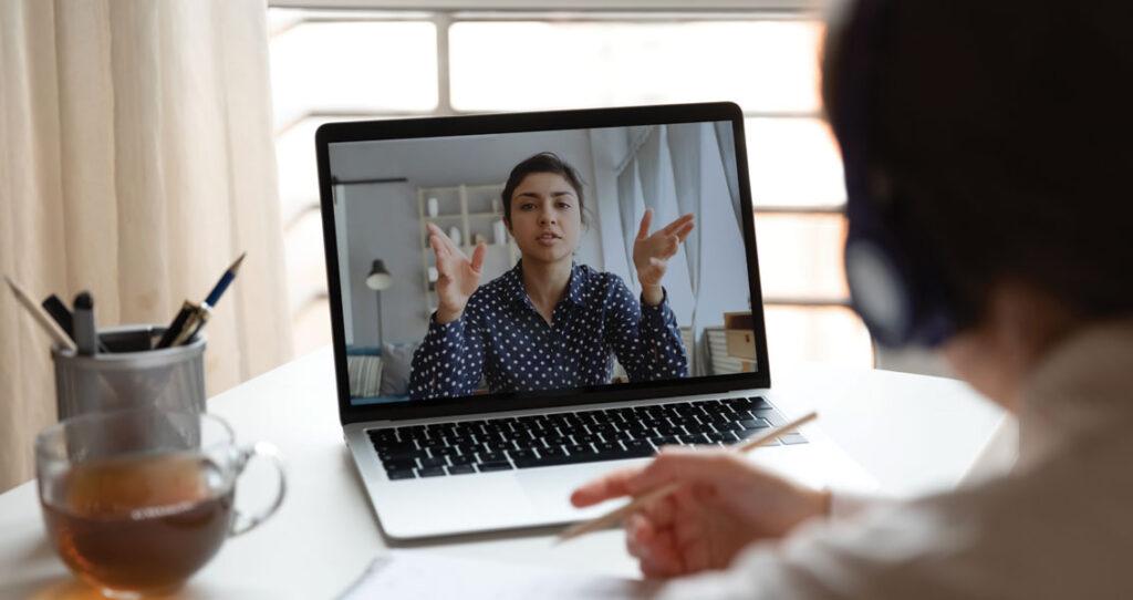 mulher dando explicação por reunião virtual - media training online