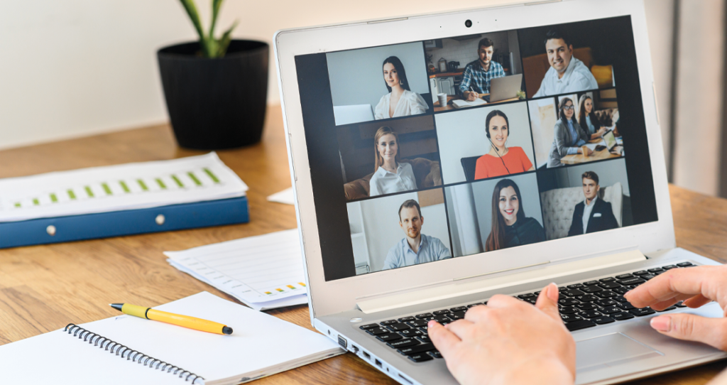 laptop em cima de mesa de trabalho mostrando reunião online - SAC 2.0