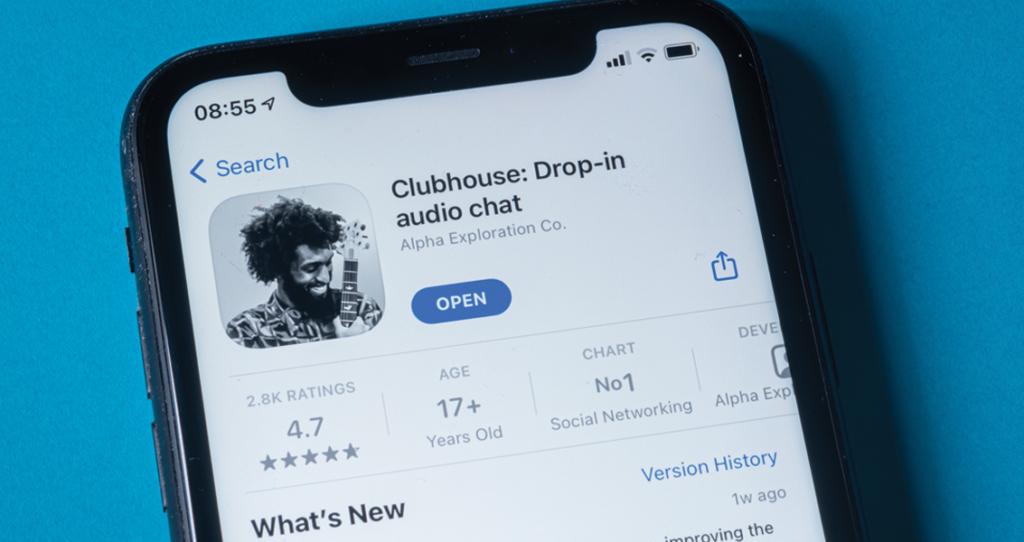 celular com tela do app - clubhouse para empresas